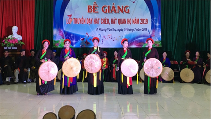 Teaching Cheo and Quan ho singing to art talents