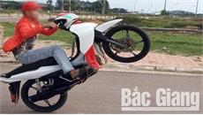 Bắc Giang: Lập biên bản vi phạm hành chính hai thanh niên điều khiển xe máy 'bốc đầu'