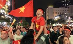 Cổ động viên vỡ òa sau bàn thắng của đội tuyển Việt Nam