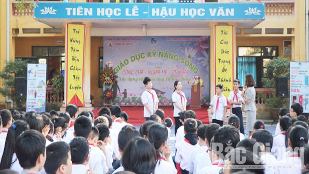 """Trường THCS Tân Mỹ tổ chức ngoại khóa """"Công cha, nghĩa mẹ, ơn thầy"""""""