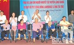 Quỹ hỗ trợ cộng đồng Lawrence S.ting tặng xe lăn cho người khuyết tật tỉnh Bắc Giang