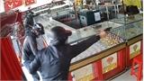 30 giây tấn công tiệm vàng của hai tên cướp