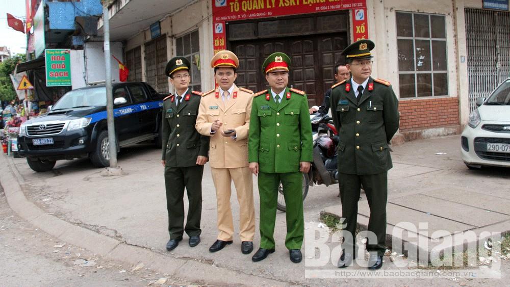 Đại tá Nguyễn Đình Hoàn, Phó Giám đốc Công an tỉnh kiểm tra công tác chuẩn bị lễ tưởng niệm tại một chốt điểm của tỉnh.
