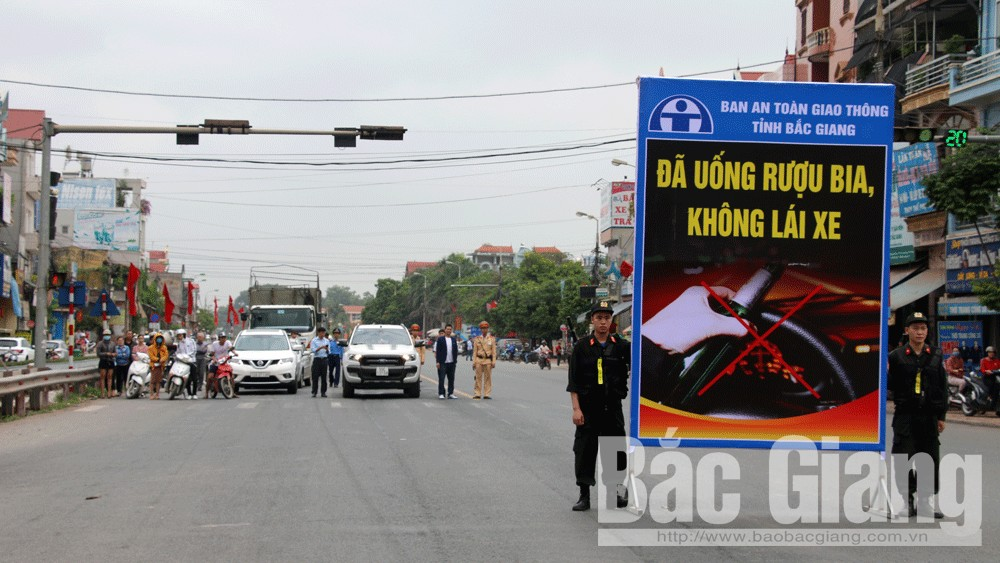 Lái xe xuống đường dành một phút tưởng niệm nạn nhân tử vong do TNGT tại ngã tư thị trấn Vôi (Lạng Giang).
