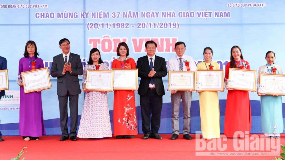 Các đồng chí lãnh đạoBộ Giáo dục và Đào tạo,Công đoàn Giáo dục Việt Namtôn vinh các nhà giáo tiêu biểu năm 2019.