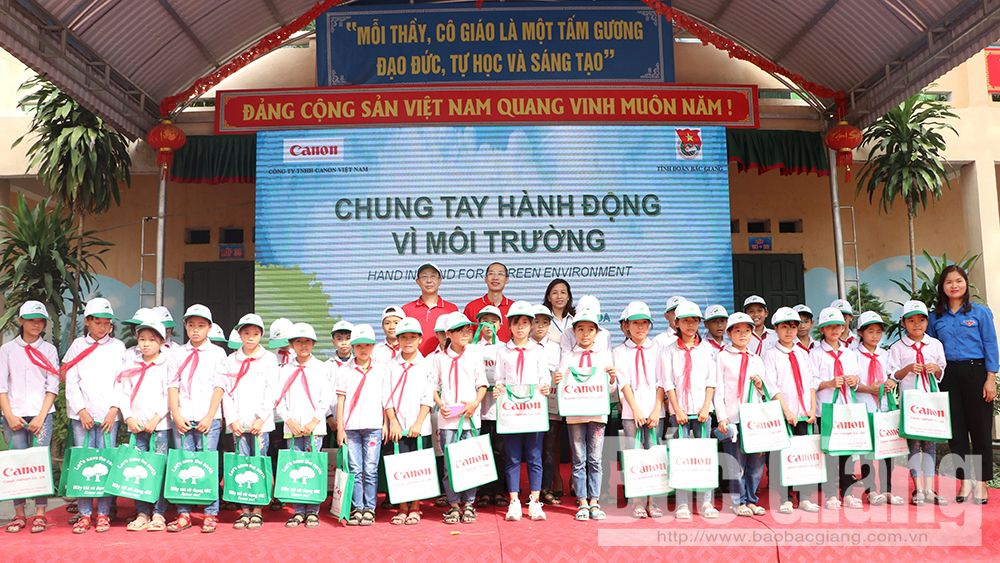 Canon Vietnam, activities for environment, Bac Giang province,  Youth Union, Hand in hand for environment, meaningful activities, Lighting up the rural road