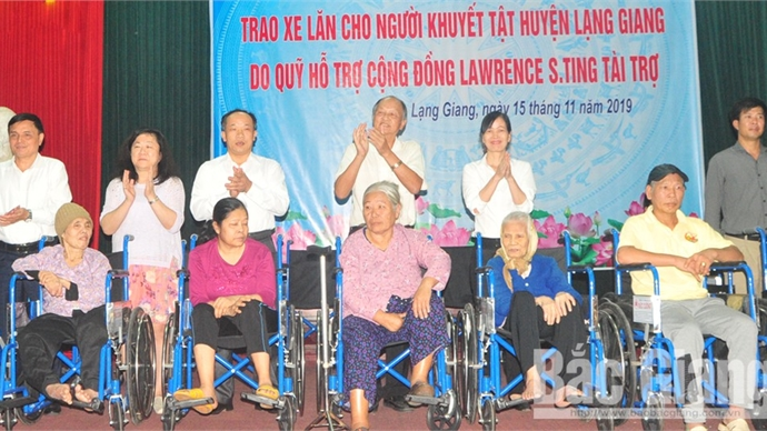 Lawrence S.ting Fund presents wheelchairs to disabled people in Bac Giang province