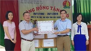 Trao tặng sách cho Trường Tiểu học xã Ngọc Vân (Tân Yên)