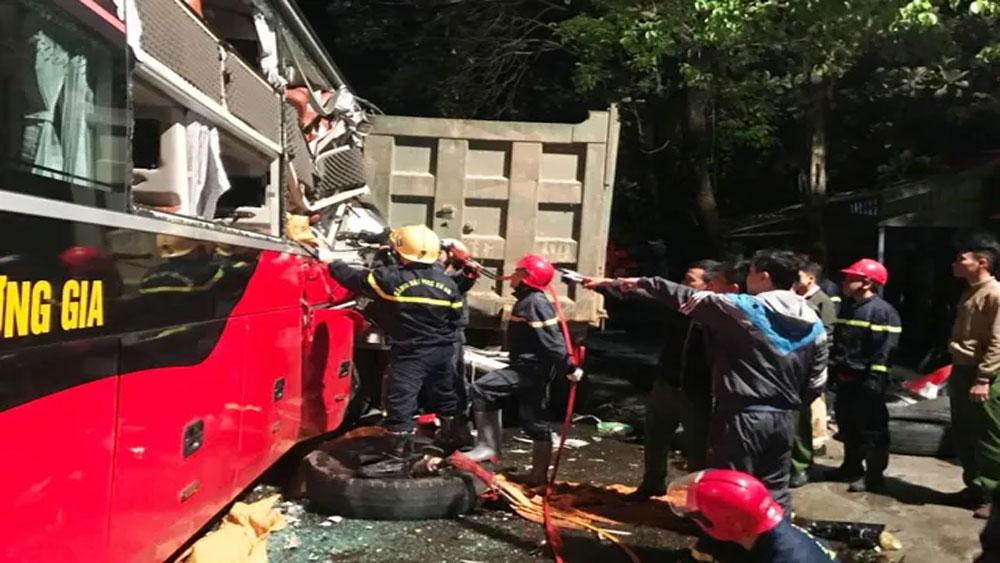 20 cảnh sát, cứu hỏa, giải cứu, 3 người mắc kẹt trong xe khách, anh Nguyễn Thành Chung, anh Nguyễn Văn Khiêm