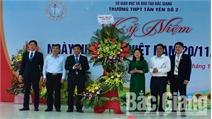 Bí thư Huyện ủy Lâm Thị Hương Thành chúc mừng thầy cô giáo Trường THPT Tân Yên số 2