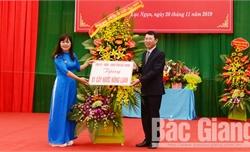 Phó Chủ tịch UBND tỉnh Lê Ánh Dương chúc mừng cán bộ, giáo viên Trường Phổ thông DTNT huyện Lục Ngạn