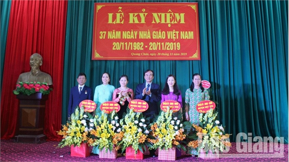 Lãnh đạo Huyện ủy Việt Yên chúc mừng các thầy, cô giáo nhân Ngày Nhà giáo Việt Nam