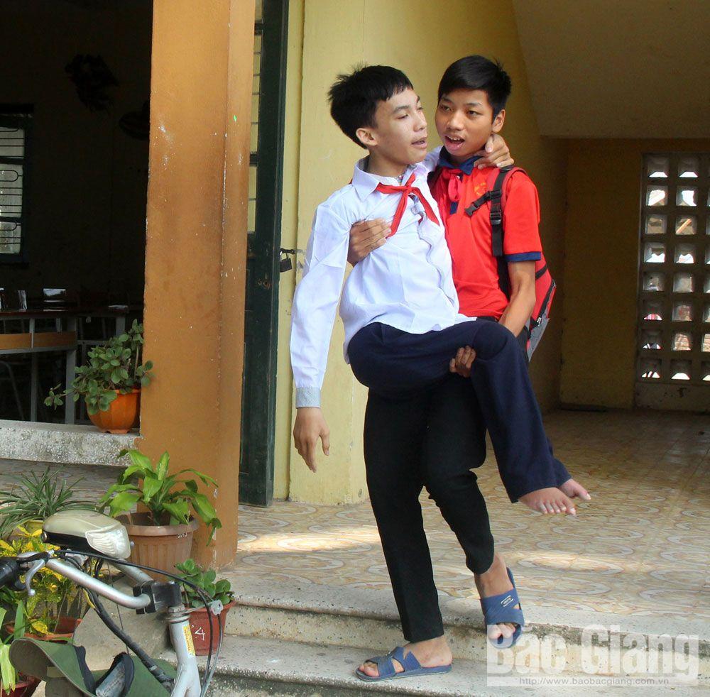Hoàng Minh Hiếu (SN 2005) ở thôn Cẩm Trang đến Trường THCS Mai Trung, huyện Hiệp Hòa (Bắc Giang), khuyết tật, học sinh