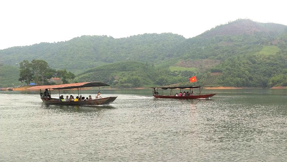 Du khách tham quan hồ Cấm Sơn (Lục Ngạn).