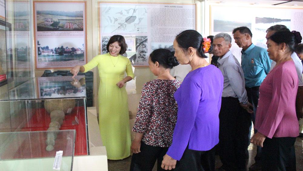 Du khách thăm Khu Di tích chiến Thắng Xương Giang (TP Bắc Giang).
