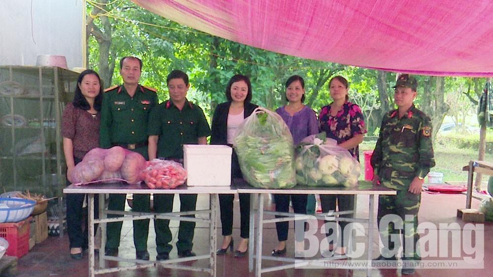 Yên Dũng: Hội Liên hiệp Phụ nữ huyện tặng nhu yếu phẩm cho cán bộ, chiến sĩ tham gia diễn tập