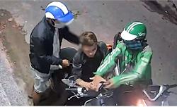 Kề dao, xịt hơi cay cướp xe máy táo tợn