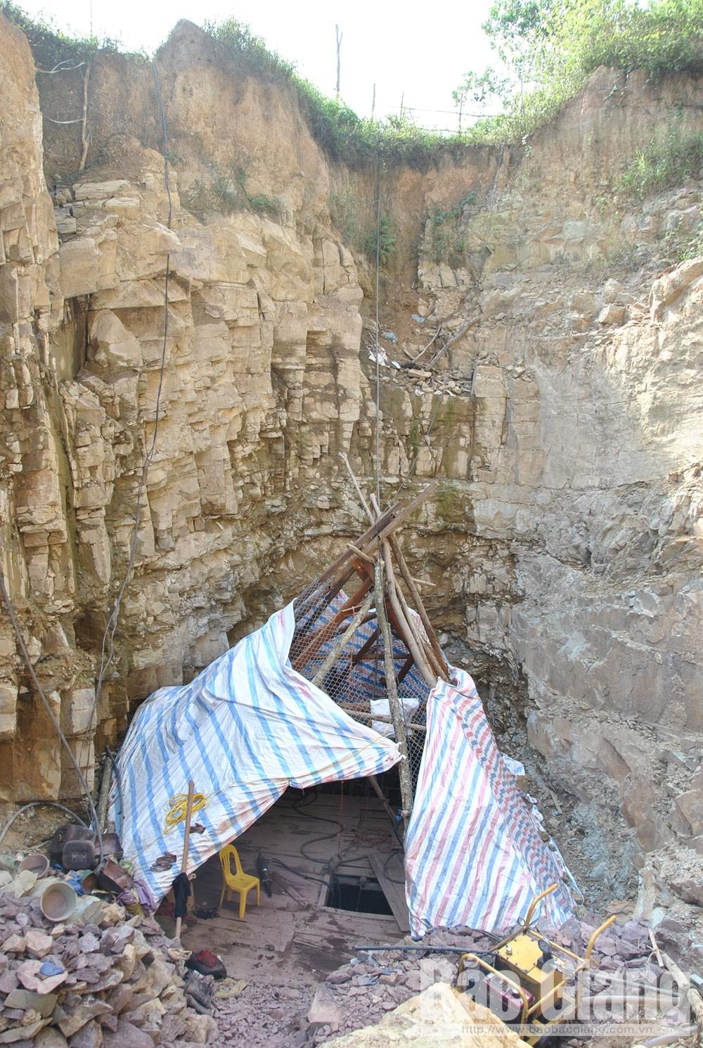 Lán trại trong hố thăm dò bên vách đá dựng đứng có nguy cơ đổ sập bất cứ lúc nào.