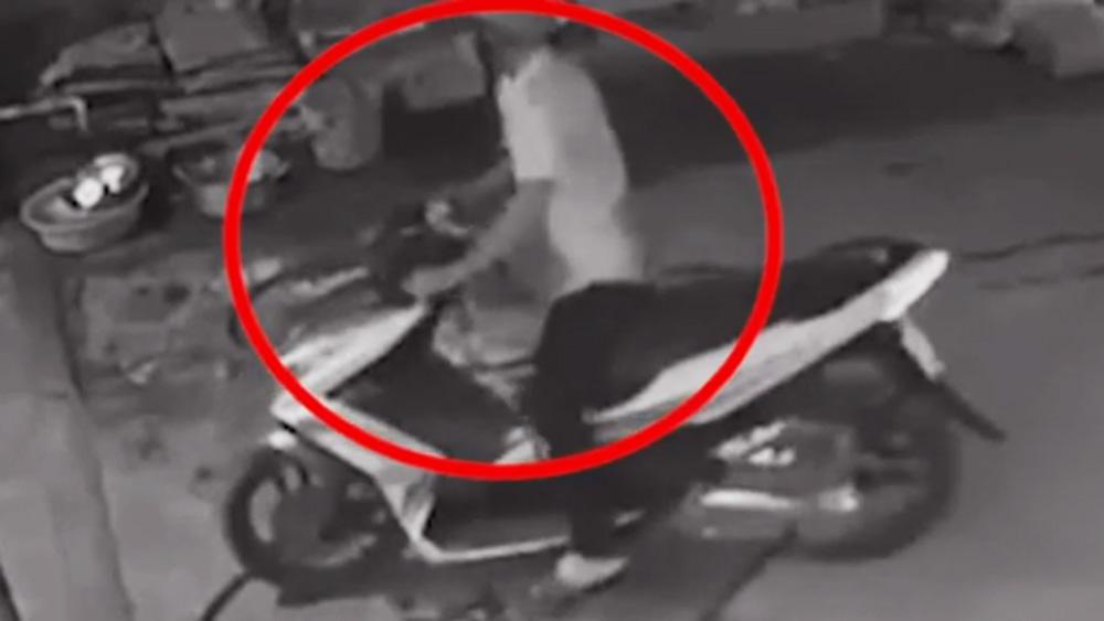 Ba cô gái truy bắt tên trộm xe máy