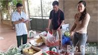Nhân dân huyện Lạng Giang ủng hộ thực phẩm cho chiến sĩ tham gia diễn tập