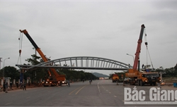 Lắp đặt thành công nhịp dầm cầu vượt quốc lộ 37