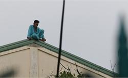 """Bệnh nhân """"ngáo đá"""" trèo lên mái nhà trong bệnh viện ngồi nhiều giờ"""