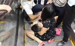 Bé 3 tuổi bị dập bàn chân khi đi thang cuốn ở Trung tâm thương mại