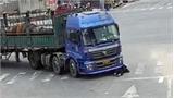 Bị xe tải kéo lê trên đường, cụ bà 68 tuổi thoát chết bò ra từ gầm xe