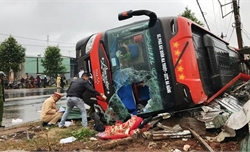 Lật xe khách trên Quốc lộ 26, hành khách may mắn thoát nạn