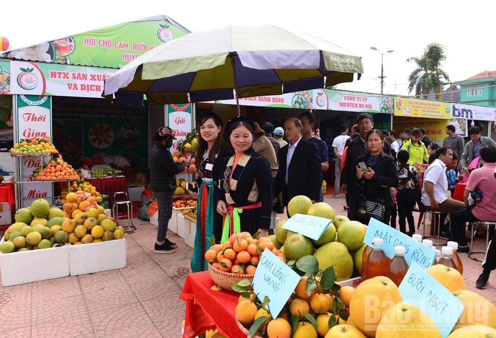 Người dân vùng cao đến Hội chợ trong trang phục truyền thống.