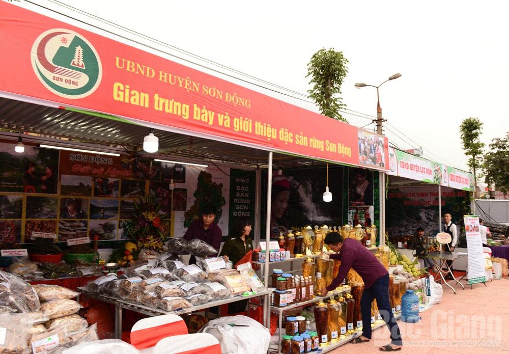 Huyện Sơn Động, Lục Nam là 2 đơn vị được UBND huyện Lục Ngạn mời tham gia trưng bày và bán sản phẩm.