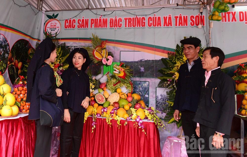 Những câu hát Sloong hao được cất lên ngay tại hội chợ.