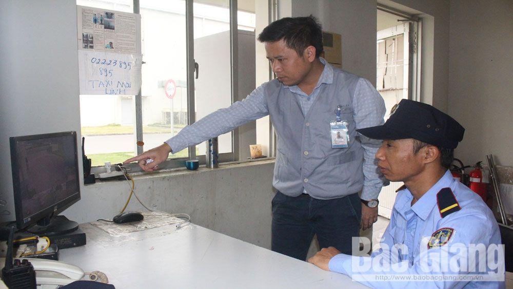 Tổ tự quản Công ty TNHH Siflex Việt Nam (KCN Quang Châu) phối hợp với lực lượng nắm bắt tình hình doanh nghiệp qua hệ thống camera an ninh.