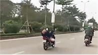 Người đàn ông nằm chổng ngược chân lên trời lái xe khiến cả phố hốt hoảng