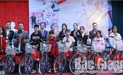 Công ty Bảo hiểm nhân thọ AIA trao 65 xe đạp cho học sinh khó khăn