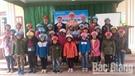 Tặng mũ bảo hiểm cho học sinh
