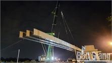 Hoàn thành lắp đặt dầm chính cầu vượt dân sinh cao tốc Hà Nội - Bắc Giang