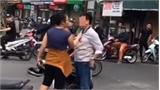 Va quệt với bé gái đi xe đạp điện, cô gái túm cổ người đứng can