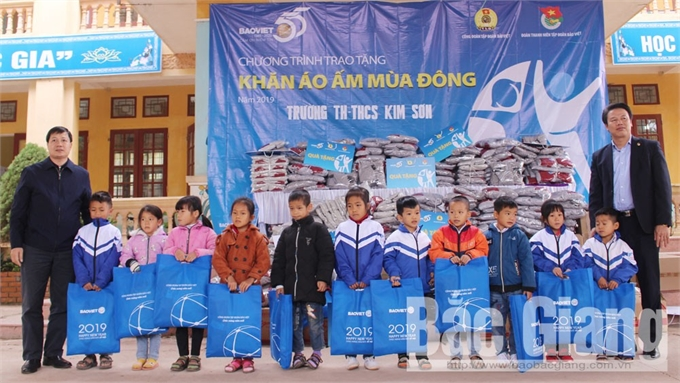 Công đoàn Tập đoàn Bảo Việt tặng quà học sinh trường Tiểu học và THCS Kim Sơn