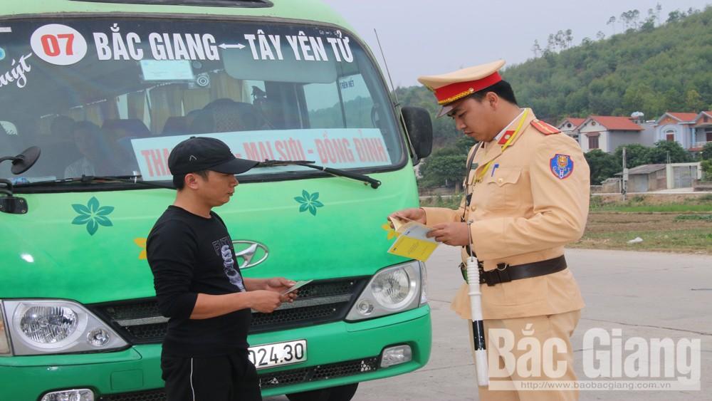 Công an huyện Lục Nam kiểm tra xe khách trên tuyến tỉnh lộ 293, đoạn thuộc xã Yên Sơn (Lục Nam).
