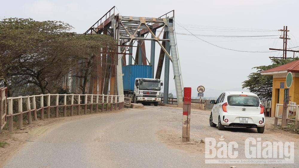 Đường dẫn vào cầu Cẩm Lý, huyện Lục Nam (Bắc Giang).