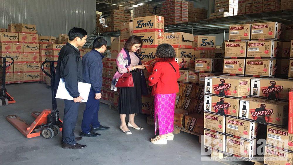 Cán bộ Sở Công Thương kiểm tra công tác ATTP tại Công ty TNHH Thương mại Uyên Cường, xã Nội Hoàng (Yên Dũng).