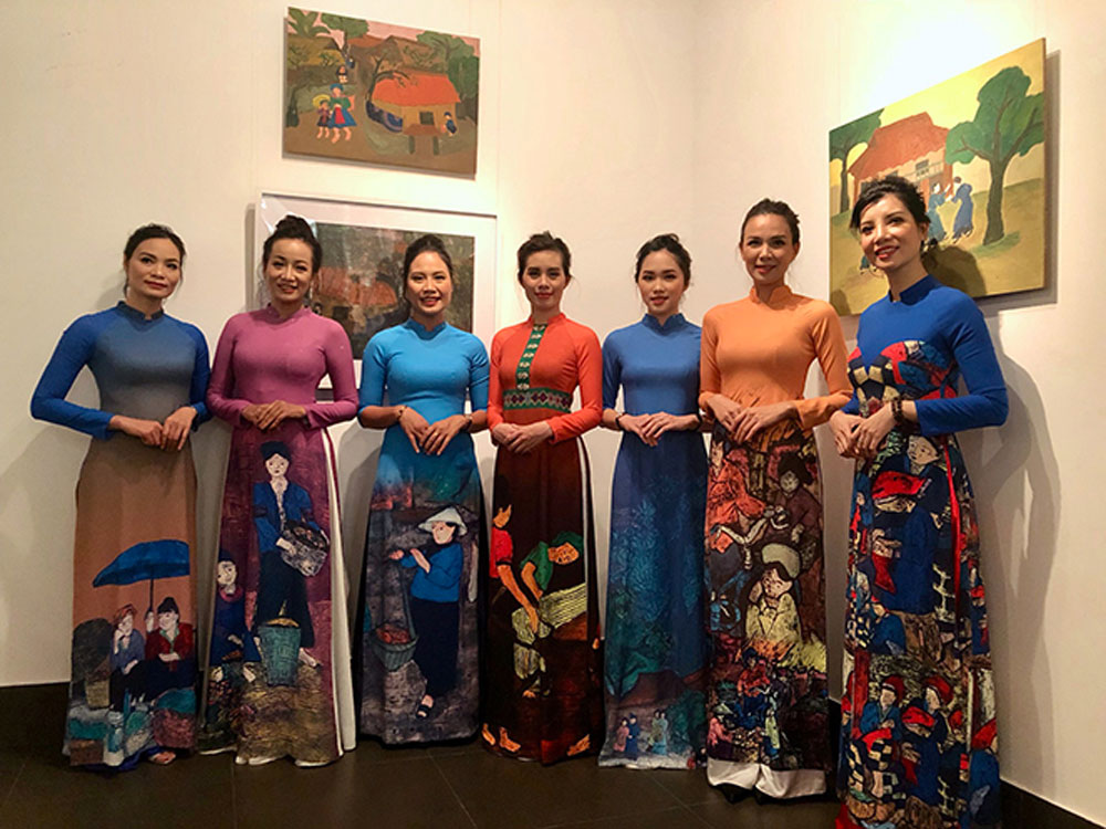 Painter, unique harmony, Ao Dai, wood-carved paintings, female Tay ethnic painter, Vi Viet Nga, Vietnamese traditional long dress