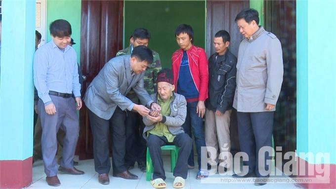Trao tặng nhà tình nghĩa cho hộ người có công tại xã Đèo Gia