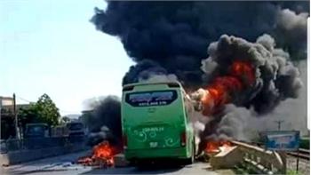 Chiếc xe khách bất ngờ bốc cháy, hơn 10 hành khách bỏ chạy thoát thân