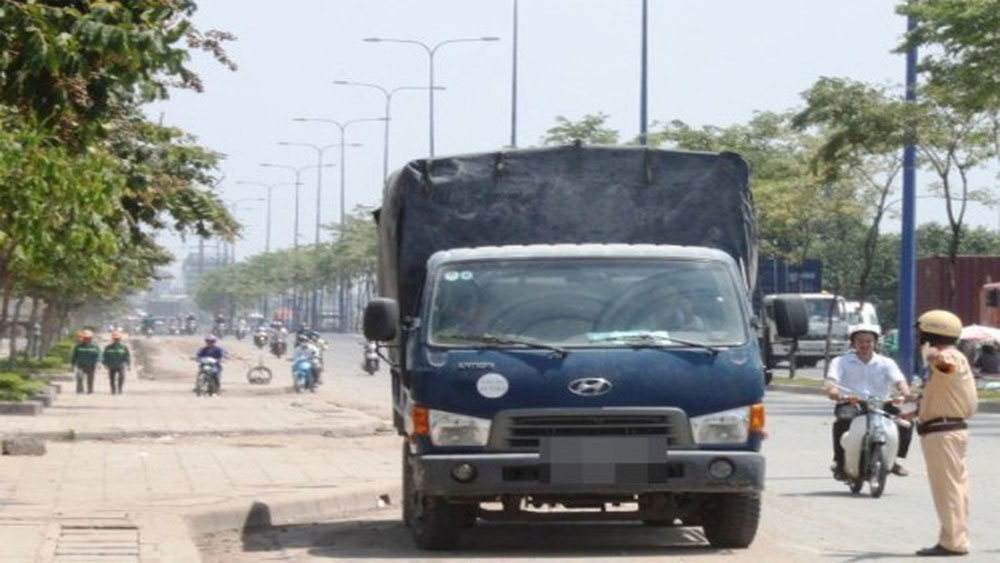 Trung tá Phan Cẩm Tú , Trung tá Phạm Hải Cảng , Đại tường Tô Lâm,  lãnh đạo Đội Cảnh sát giao thông ,xử lý xe vi phạm tải trọng tại Đồng Nai