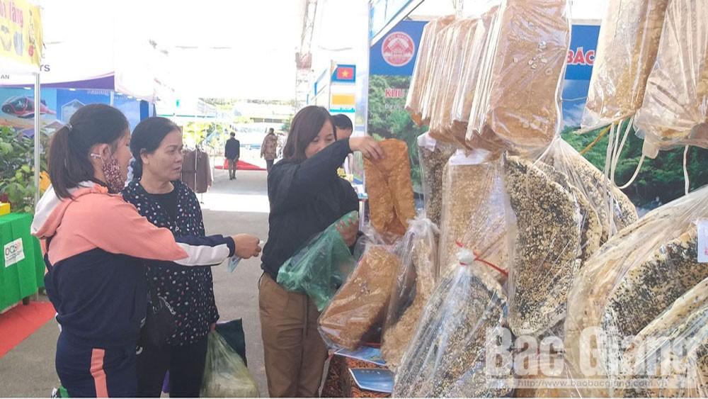 Bac Giang's Ke rice cracker attracts many customers at Vietnam China International Tourism and Trade Fair
