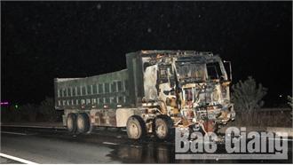 Bắc Giang: Xe máy kẹt vào gầm xe tải rồi bốc cháy trên cao tốc, 1 người tử vong