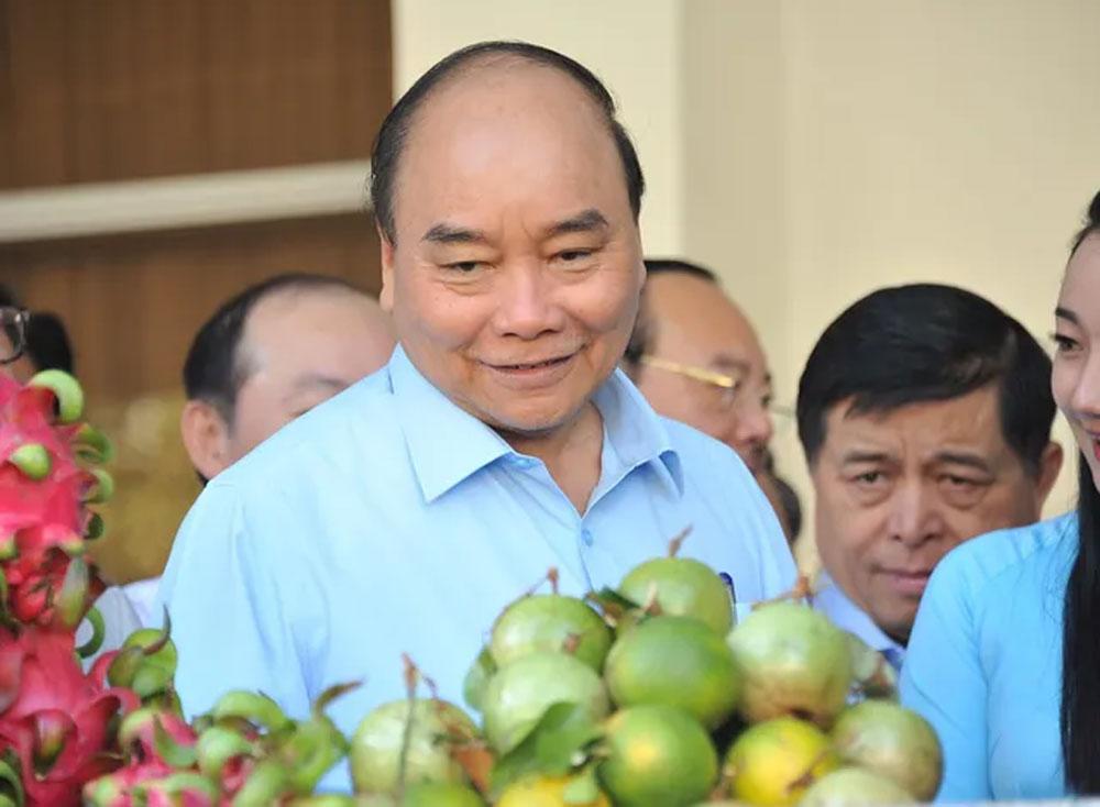 Thủ tướng tham quan gian hàng của nông dân sáng nay.