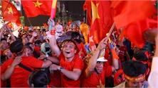 CĐV nhảy múa ăn mừng bàn thắng của Văn Hậu